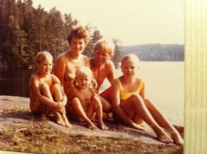Mamma, pappa, systrarna och jag på Badklippan i början av 70-talet.
